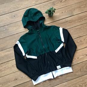 🙏🏼 ALT SKAL VÆK - SÆLGER BILLIGT 🙏🏼  👗 Cool trænings trøje/jakke 👠 CHOPAR 👚 Str. S. En M kan også passe den  👑 Den har aldrig været brugt  🔥Se også mine mange andre annoncer og følg mig gerne - der kommer løbende nyt🔥