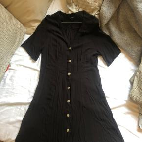 Figurformet kjole fra Monki. Har været brugt ca. 5 gange i sommers og vasket en enkelt gang. Bud modtages.