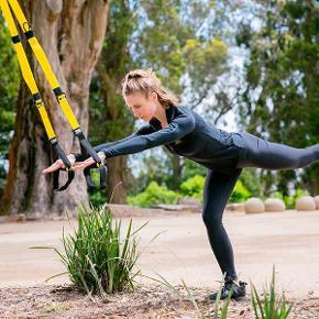 """Original TRX trainer.   Måske er dit træningscenter lukket grundet Corona? ... Måske vil du bare træne i naturen eller derhjemme?  Så er den her ORIGINALE TRX trainer måske lige noget for dig ...  TRX og slyngetræning er udelukkende træning med din egen kropsvægt som modstand, men giver samme effekt som styrketræning.  Med TRX får du fysisk træning, som forbedrer din styrke, balance, smidighed samt core-stabilitet. Med flere forskellige øvelser er det muligt at træne hele kroppen på en gang.  Den er nem at tage med - og kan bruges både indenfor og udenfor.  Mærke: TRX  Nypris: 1.250 kr  Kun brugt 3 gange. Fremstår i det nærmeste perfekt. Første og sidste billede er """"model""""-fotos."""