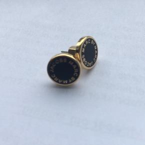 Fine øreringe fra Marc Jacobs! Guld med sort flade.