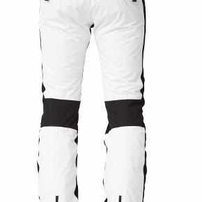 Hej, jeg sælger mine sorte og hvide SOS doll ski bukser i en str. 36 (passer også 34) Jeg har købt et par nye i år og får dem derfor ikke brugt. De har kun været i brug på to skiferier i uge 7, i 2018-2019 så fejler derfor intet. MP er 1100, hvis seriøse henvendelser kommer sender jeg meget gerne billeder.   Køber betaler fragt