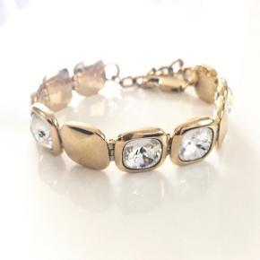 Smukt Dyrberg/Kern armbånd i guld med flotte store slebne krystalsten samt regulerbar længde. Mindre brugstegn. Nypris 1000 kr. Mp 400