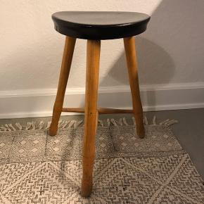 Retro skammel / taburet i træ. Sortmalet sæde. Højde: ca 48 cm.