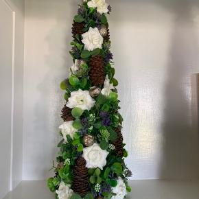 Unik blomster-dekoration lavet af kreativ kunstner - passer ind alle steder og holder evigt .. Højde 40 cm .. bredde ca. 14 cm