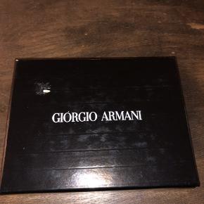 Helt ny og super lækker sort kortholder fra tjekkede italienske Giorgio Armani. Der er plads til 4 kort (hvis man har flere kort sammen, så er der plads til 8) plus plads til kontanter/kvitteringer i midten. Kostede 1.600 kr.