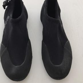 Bade sko kan bruges til surfing, kajak, paddleboarding mm. Af mærket Bare.