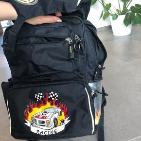 Jeva ergonomisk skoletaske til 0-3 klasse inkl gymnastikpose. Spænder foran mangler delvist (kan sikkert skiftes) men ellers fin. Brugt 2 år så delvist små slid.
