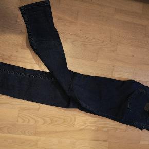 Lækre jeans fra JJ. Mørk denim. Str 34/34. Sælges da de ikke bliver brugt. Mobilpay foretrækkes og køber betaler for porto ved forsendelse