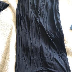 Fin nederdel som går til skinneben