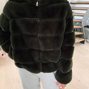 Faux fur jakke. Rigtig blød og fin jakke.  Brugt 1 gang.   Købt i Buch Copenhagen sidste år.  Kan afhentes i København eller sendes med DAO