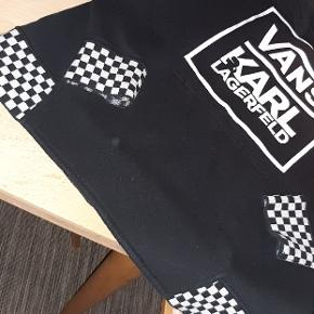 Super fed hoodie med sort-hvid-ternede detaljer nederst og på ærmer. Collab mellem Vans & Karl Lagerfeld. Lomme foran. Lækker blød kvalitet. Ingen pletter/huller.
