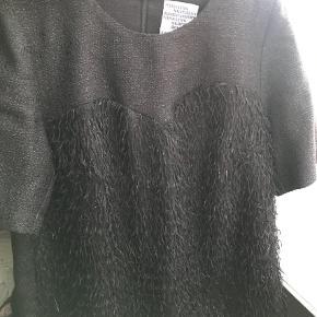 Varetype: Bluse Farve: Sort Oprindelig købspris: 1400 kr.  Den smukkeste bluse fra Baum und Pferdgarten med små frynser og glimmer. Byd, jeg bytter ikke, ønskes TSpay betaler køber gebyr.