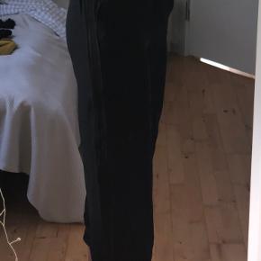 Bukser der er lidt korte i benene (ihverfald hvis man er 1,80) kun brugt en gang! Der er en stribe af noget blonde i hver side af buksebenet og nede i bunden af hvertbukseben - virkelig fin detalje