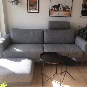 Sofa fra IDEmøbler - ca. 4 år gammel, men fejler intet. Har en særlig nano-belægning på stoffet, der gør at der ikke kommer pletter. Jeg har ikke mulighed for at levere. Puf osv. følger med 😊