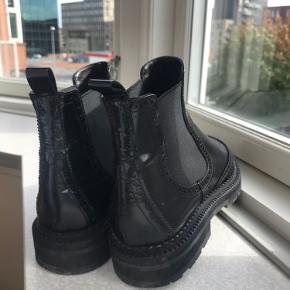 Meget flotte og velholdte støvler fra Billi bi. Sælges da jeg må erkende at de er for små. Prisen er plus fragt med DAO