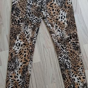 Lækker buks med lommer foran og stretch i stoffet. Sidder tæt til kroppen som leggings men med straight legs.