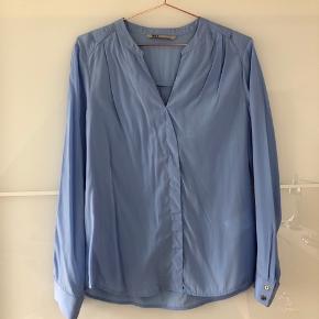 Blå blå smuk bluse i str. 40. Dog anbefaler str.38! Aldrig brugt💃🏻