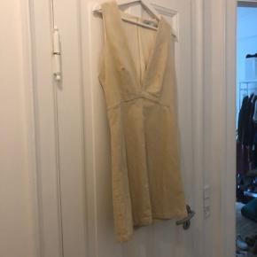 Jeg bliver desværre nød til, at sælge denne flotte kjole, da jeg ikke kan passe den (og kan derfor hellere ikke tage billeder med den på) :(  Kjolen er brugt en enkel gang