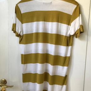 Fin oversize t-shirt i oliven og hvide striber. Kan passe fra xs-m.