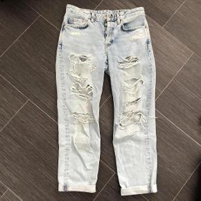 Størrelse: 24 livvide - Længde 30  Oprindelig købspris: 349 kr.  Super udsalg.... Jeg har ryddet ud i klædeskabet og fundet en masse flotte ting som sælges billigt, finder du flere ting, giver jeg gerne et godt tilbud..............   Flot Ny Jeans Bukser BOYFRIEND LOW WAIST brugt 1 gang og derefter vasket  Sendes med Coolrunner