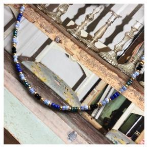 Perle Halskæde  Blå, sorte, grønne og guld perler  Prisen er inkl Porto (brev med postnord)