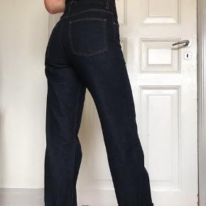 COS Straight Turn-Up Jeans i str. 26. Kan foldes op og ned som man synes😗 (tryk på billederne for at se) Er kun brugt få gange, fordi de desværre er for store🥺