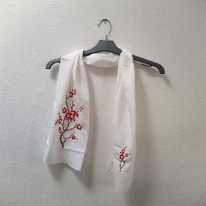GRATIS FRAGT: Kan mødes i Odense Sødt tørklæde med broderi af blomster Giv det et nyt hjem ✨