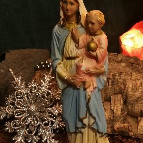 Gammel /vintage Madonna /jomfru Maria med jesus barn.. Er i god vintage stand. Dvs patina ; få afskallinger I bemaling. Gips /bisquit. Måler 22 cm i højde. Super dekorativ og perfekt til jule dekorationer.