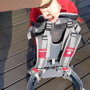 Super lækker bærerygsæk i mærket little life. Kun brugt 2-3 gange. Det er en Cross Country S2 model. Mab kan bære et barn på 0,5-2 år og op til 20kg. Den kommer med et lille skyggetelt til vandring i solskin. Den har en god holder, så man kan tage tasken af uden at behøve at tage baby op. Med et stort og flere små praktiske rum