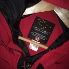 Sælger denne super fine Canada Goose jakke for min kæreste. Han købte den sidste år, men var ikke lige ham alligevel. Er lige kommet hjem fra rens.