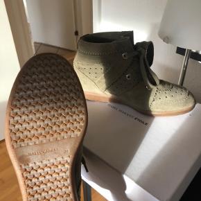 Jeg sælger mine Isabel Marant Bobby støvler. De er brugt meget få gange, så standen er næsten som ny. Farven er taupe. De er str. 39, men jeg bruger selv 37/38 og passer dem fint ☺️ Original æske og dustbag følger med.