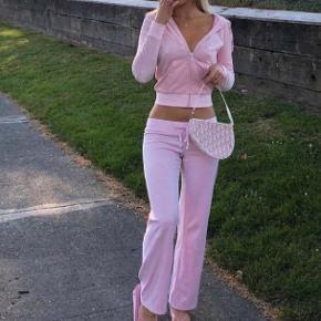 Sælger disse mega populære juicy velour bukser i baby lyserød🌸🌸 Bukserne er straight. De er mega behagelige at have på og samtidig mega fede! Str small Har brugt dem 3 gange🌸 Mp er 750kr ellers beholder jeg dem selv💋   HUSK AT TJEKKE MINE ANDRE ANNONCER!