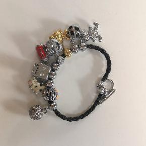 Armbånd fra mærket Prinzezz - samme slags som Pandora armbånd, hvor man kan købe flere dele og tilføje. Jeg har 9 dele til mit armbånd og 1 ekstra kæde, hvis man vil have et andet look. Kun terningen er skadet og har mistet nogle sten, ellers er resten i perfekt stand🌟🌟 Kan sendes eller afhentes i Kolding/Egtved