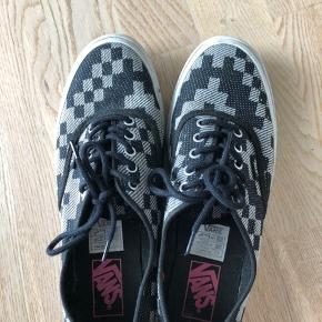 Skoene er i sort/grå tern.