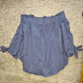 Off shoulder bluse fra H&M med små terner som mønster