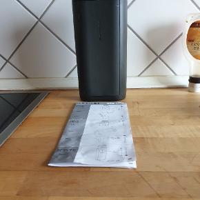 Is terning boks fyldes med vand og du kan dreje på låget og så skubber den isterninger ud , brugt et par gange ny pris 369kr