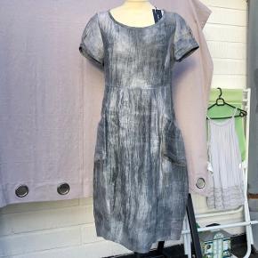 Smuk Trine Kryger kjole,, np 1.799.- Ubrugt m. mærke. Passer bedre str. M  (er str. 38) Evt 1/2 porto m. DAO.