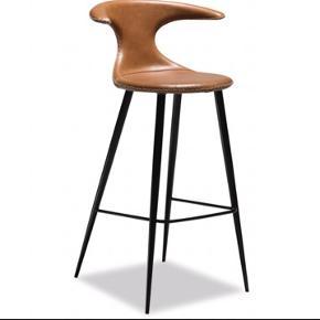 Helt ny barstol - Flarie Barstol i lysebrunt læder med kontrastsyninger - runde ben i sortlakeret metal - ilva.
