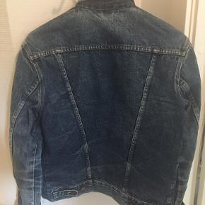 Super flot Denim jakke med skrå side lommer, bryst lommer og spændetamp på bagsiden