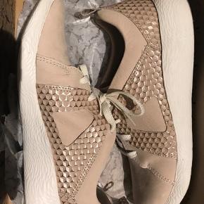 Varetype: Sneakers Størrelse: 42 Farve: Rosa Oprindelig købspris: 1099 kr.  Super fin og cool sneakers fra clarks med deres komforfor og kvalitet. Blødt slid med metallic detaljer. Sidste foto er model foto og blegnet. Blød bund