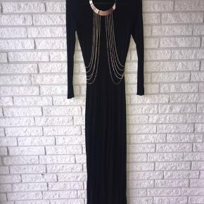 Secondhand Elegant bomuldskjole i størrelse xs-s med tilhørende guldhalskæde. Kjolen er virkelig flot, og vil klæde enhver festlig anledning. Kjolen har slids i den ene side, og kan bruges uden halskæden. 🌸