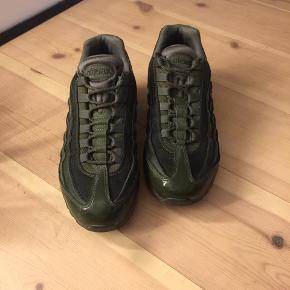 Jeg sælger disse sko da jeg aldrig bruger dem. Jeg brugte dem nogle gange efter køb men ikke brugt siden. Det eneste tegn på slid er bagerst på skoen hvor der er noget Hvidt?..  Skoene kan afhentes eller sendes med Dao på købers regning:)  Jeg er til at forhandle med!