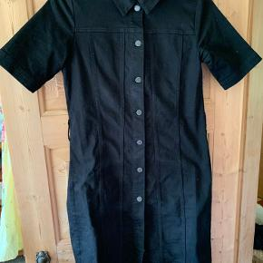 Fin sort kjole sælges, brugt en gang. Kan bruges med og uden bindebånd.