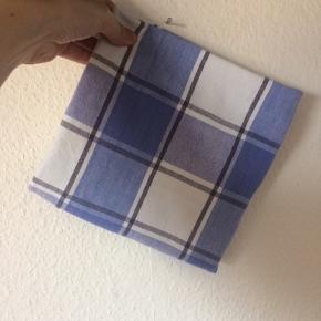 Ukendt - dug Næsten som ny (ingen pletter eller huller) Farve: blå og hvid ternet Mål: 87 x 87 cm Lavet af: 100% cotton Køber betaler Porto!  >ER ÅBEN FOR BUD<  •Se også mine andre annoncer•  BYTTER IKKE!