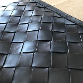 Meget fin clutch i sort kraftigt læder fra Yvonne Koné. Aldrig brugt!  Jeg købte den på YK's stock sale sidste år, hvor den var sat ned til 1000 kr. sfa. et par små ridser i læderet på den ene side af tasken. Det er ikke noget, der ødelægger helhedsindtrykket.