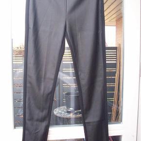 """Brand: SoyaConcept Str 40    NYE & m Label Varetype: SMARTE Leggings m """"skind"""" foran KUN 129,- (SPAR kr. 270,-) Farve: Sort Oprindelig købspris: 399 kr.  Super TRENDY leggings med læderlook foran og stof bag på ben. Lukkes med skjult lynlås i siden.  Talje:  82 cm Indv. benlænde: 79 cm  SÆLGES NYE & UBRUGTE med en besparelse på kr. 270,- STADIG M PRISMÆRKE"""