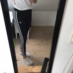 Adidas løbebukser sælges da de desværre er blevet alt for korte til mig, jeg er 178🌸 de er brugt få gange og i perfekt stand  Kom med et bud