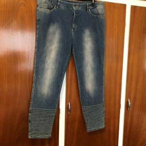 Flotte lyse jeans fra Que med fine detaljer nederst og med et slidt/afvasket look. Elastik-funktion i taljen så bukserne vil kunne give sig endnu mere. Aldrig brugt. Str.50. 98% bomuld, 2% elastan  Mål: Talje 111cm med 4 huller igen og med stretch Hofte ca.57-63cmx2 (giver sig) Længde 100cm Sender gerne:) Til salg flere steder