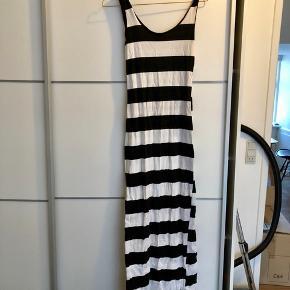 e54d10ae Fin, sort og hvid stribet lang basic kjole fra Sisters Point i str. xs