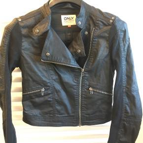 Fin coatet jakke fra Only. Brugt en enkelt gang